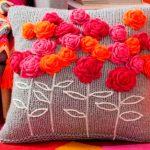 Linda almofada decorada em crochê