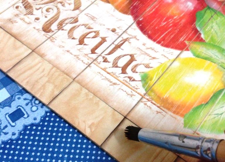 Cole o papel para scrap na capa do caderno e faça as sombras para dar continuidade ao desenho.