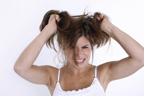 puxando o cabelo