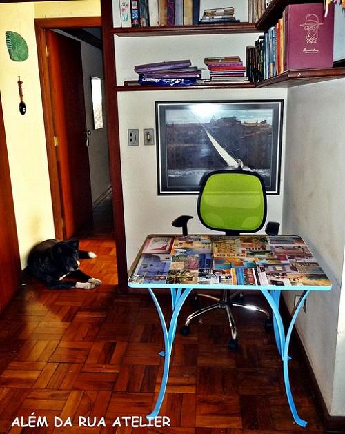 Mesa com Decoupage de Folhas de Revistas