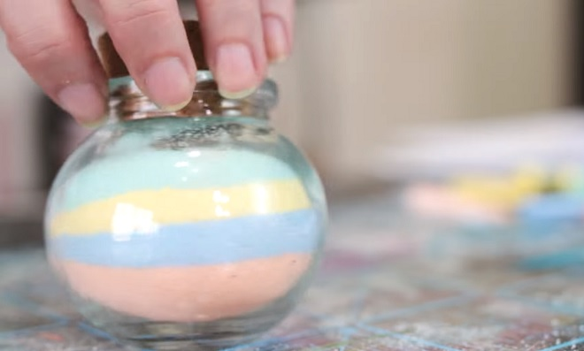 Decoração é tudo! Aprenda como fazer areia colorida para potes