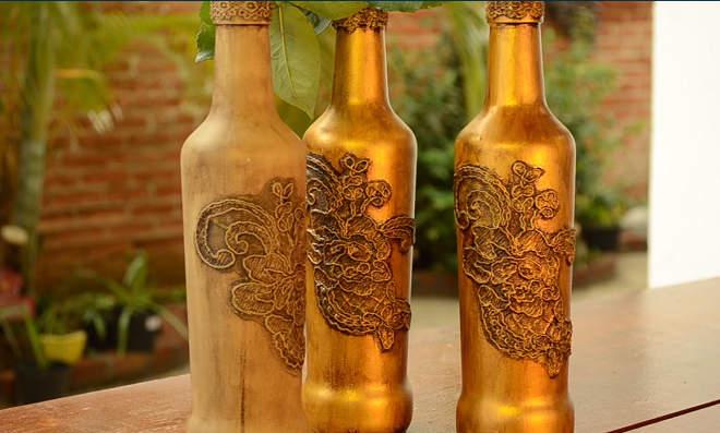 Decoração com garrafa dourada em renda e Betume