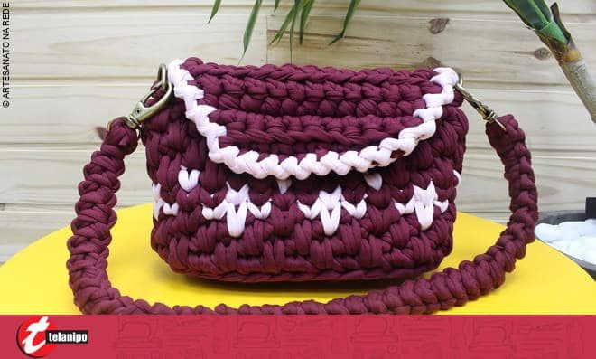 Bolsa clutch feita de crochê em fio de malha