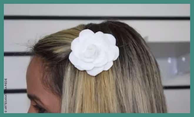 Aprenda como fazer um prendedor de cabelo com flor de feltro