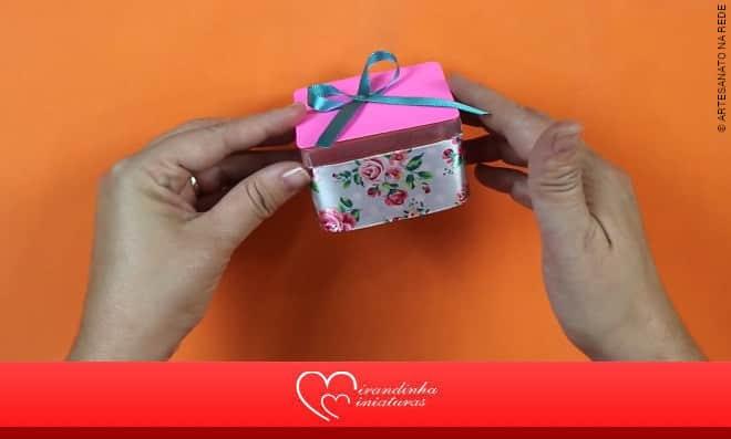 Lembrancinha feminina: Caixa de acrílico decorada com laço florido